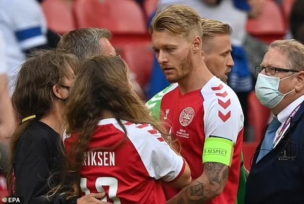 Người hùng thầm lặng giúp đồng đội Eriksen bị đột quỵ trên sân thoát án tử, chiếm trọn trái tim triệu khán giả-5