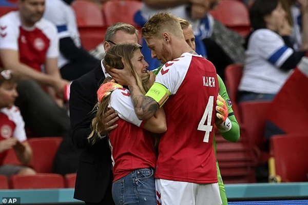 Người hùng thầm lặng giúp đồng đội Eriksen bị đột quỵ trên sân thoát án tử, chiếm trọn trái tim triệu khán giả-6