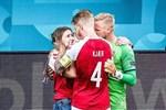 HLV tuyển Đan Mạch khóc trong họp báo, ngưỡng mộ ý chí phi thường của học trò: 'Không từ ngữ nào tôn vinh hết sự dũng cảm của họ'