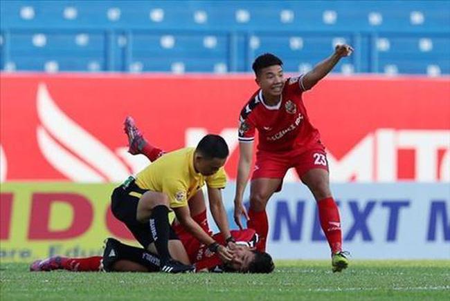 Sự cố Eriksen: Nước mắt Euro gợi nhớ ký ức kinh hoàng về những lần cầu thủ Việt suýt nuốt lưỡi, chạm cửa tử ngay trên sân cỏ V-League-1