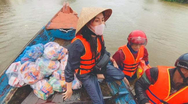 Lộ clip Thủy Tiên dùng áo phao của người khác để kê chỗ ngồi khi đi cứu trợ miền Trung lũ lụt-1