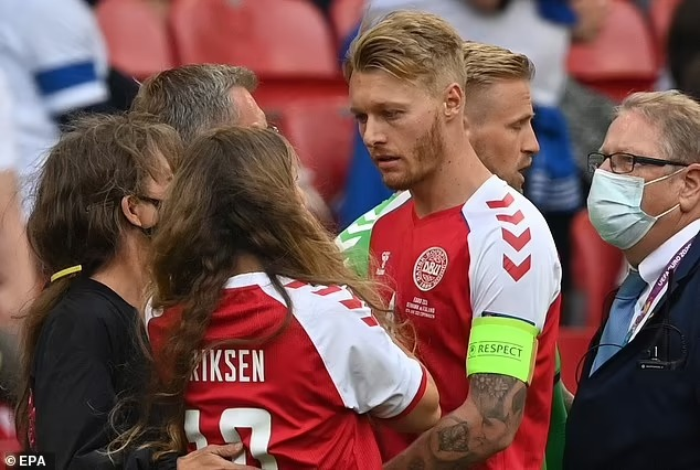Người hùng giúp tiền vệ Eriksen thoát cửa tử: Anh chồng hội tụ đủ combo đẹp trai, tài giỏi, chu đáo và khoảnh khắc 20 giây dành cho vợ chiếm spotlight sân cỏ-3