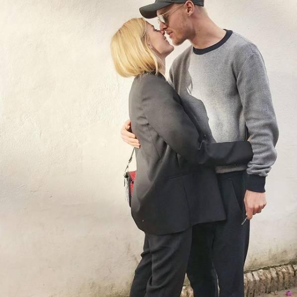 Người hùng giúp tiền vệ Eriksen thoát cửa tử: Anh chồng hội tụ đủ combo đẹp trai, tài giỏi, chu đáo và khoảnh khắc 20 giây dành cho vợ chiếm spotlight sân cỏ-6