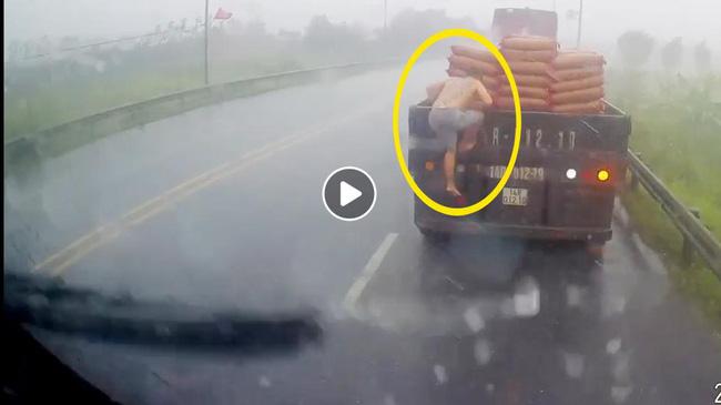 Tài xế xe đầu kéo nhận bão like sau hành động bất ngờ giữa trời mưa tầm tã-1