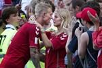'Người hùng' giúp tiền vệ Eriksen thoát cửa tử: Anh chồng hội tụ đủ combo đẹp trai, tài giỏi, chu đáo và khoảnh khắc 20 giây dành cho vợ chiếm spotlight sân cỏ