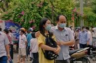 Cha mẹ canh ngoài cổng trường, ôm hôn an ủi khi con kiểm tra xong: Thi xong rồi, về nhà thôi con!
