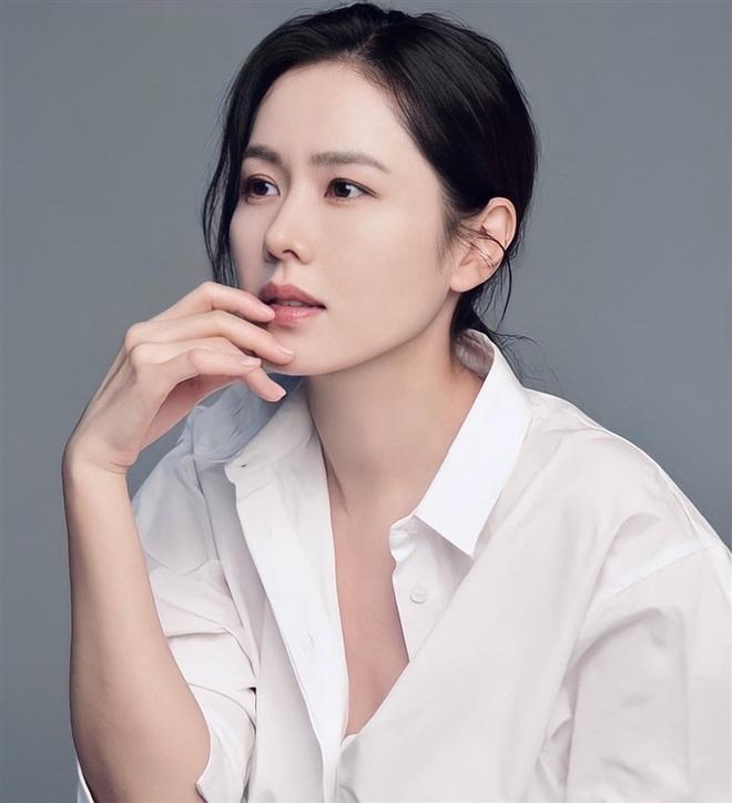 Bây giờ thử đặt Song Hye Kyo và Son Ye Jin lên bàn cân: Diện đồ 2 dây e ấp vòng 1 tới ná thở, ai mới ngồi mâm trên?-2