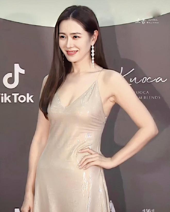 Bây giờ thử đặt Song Hye Kyo và Son Ye Jin lên bàn cân: Diện đồ 2 dây e ấp vòng 1 tới ná thở, ai mới ngồi mâm trên?-11