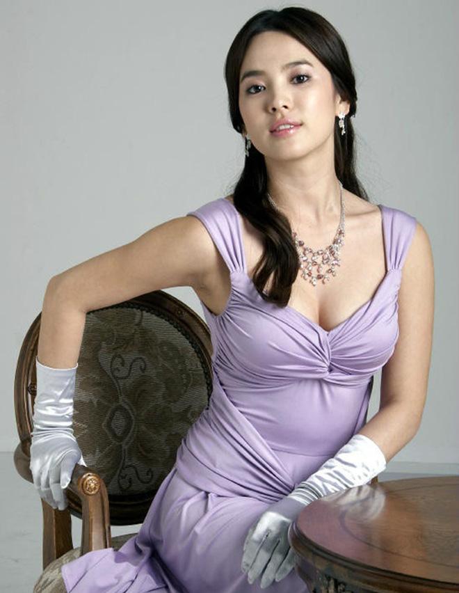 Bây giờ thử đặt Song Hye Kyo và Son Ye Jin lên bàn cân: Diện đồ 2 dây e ấp vòng 1 tới ná thở, ai mới ngồi mâm trên?-8