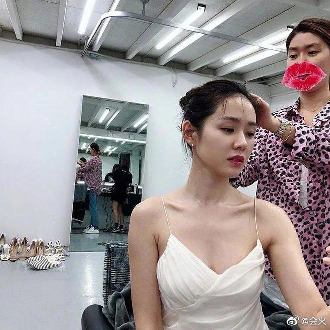Bây giờ thử đặt Song Hye Kyo và Son Ye Jin lên bàn cân: Diện đồ 2 dây e ấp vòng 1 tới ná thở, ai mới ngồi mâm trên?-18