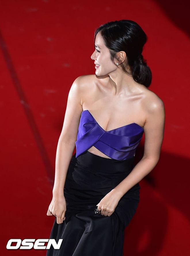 Bây giờ thử đặt Song Hye Kyo và Son Ye Jin lên bàn cân: Diện đồ 2 dây e ấp vòng 1 tới ná thở, ai mới ngồi mâm trên?-13
