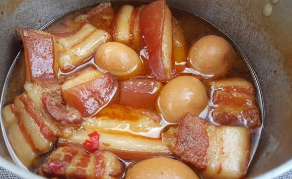 Mẹo nhỏ khi làm thịt kho tàu: Thêm vài giọt này món ăn mềm ngon, mỡ trong veo tan ngay trong miệng-3