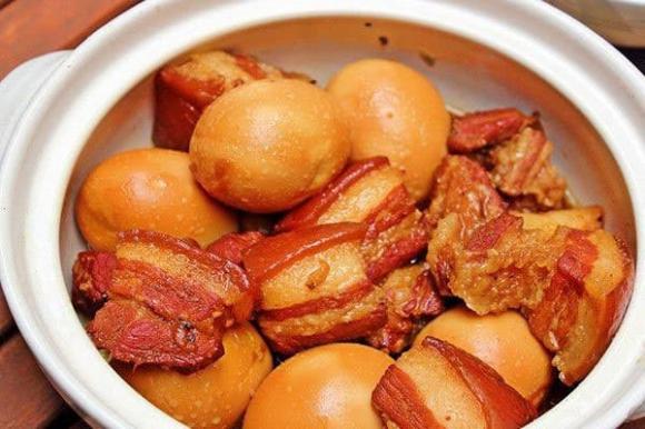 Mẹo nhỏ khi làm thịt kho tàu: Thêm vài giọt này món ăn mềm ngon, mỡ trong veo tan ngay trong miệng-4