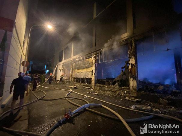 Cháy phòng trà lớn nhất TP Vinh trong đêm khiến 6 người chết: Trong đó có 2 trẻ em và 1 phụ nữ mang thai-1