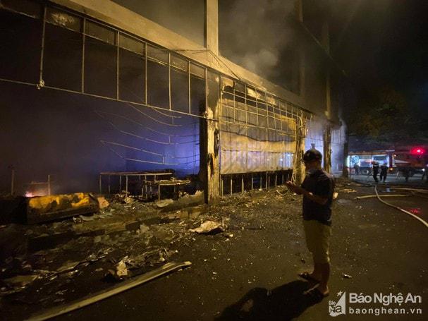 Cháy phòng trà lớn nhất TP Vinh trong đêm khiến 6 người chết: Trong đó có 2 trẻ em và 1 phụ nữ mang thai-2