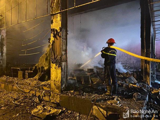 Cháy phòng trà lớn nhất TP Vinh trong đêm khiến 6 người chết: Trong đó có 2 trẻ em và 1 phụ nữ mang thai-3
