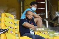 """Ảnh: Thầy Park bị ngồi """"cách ly"""" tận trên khán đài, chặn mọi cách giao tiếp với học trò"""