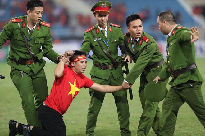 Clip viral trở lại: Thấy fan cuồng bóng đá tràn xuống SVĐ, Quế Ngọc Hải liền có 1 hành động làm cả khán đài ngỡ ngàng-4