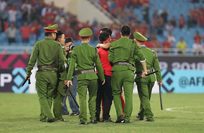 Clip viral trở lại: Thấy fan cuồng bóng đá tràn xuống SVĐ, Quế Ngọc Hải liền có 1 hành động làm cả khán đài ngỡ ngàng-5