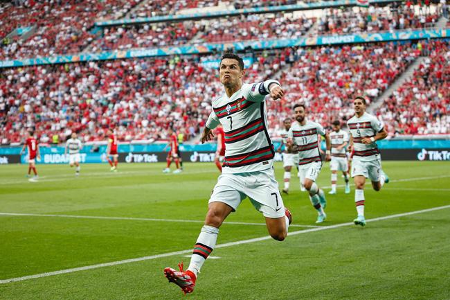 """Chuyện tình của Cristiano Ronaldo - người lập kỷ lục chưa từng có trong lịch sử Euro: Biến cô gái bán hàng thành nàng Lọ Lem và nghi án hiếp dâm"""" chấn động-1"""