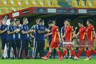 Ảnh: Ban huấn luyện UAE xếp hàng, vỗ tay động viên tuyển Việt Nam sau thất bại