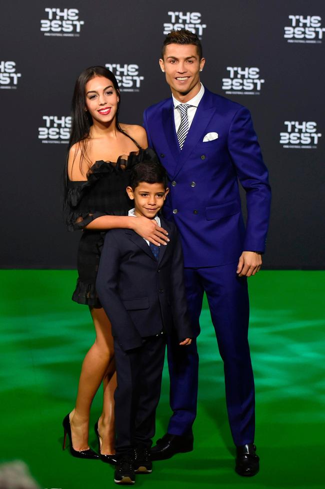 """Chuyện tình của Cristiano Ronaldo - người lập kỷ lục chưa từng có trong lịch sử Euro: Biến cô gái bán hàng thành nàng Lọ Lem và nghi án hiếp dâm"""" chấn động-6"""