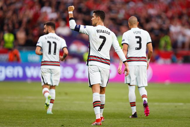 """Chuyện tình của Cristiano Ronaldo - người lập kỷ lục chưa từng có trong lịch sử Euro: Biến cô gái bán hàng thành nàng Lọ Lem và nghi án hiếp dâm"""" chấn động-9"""