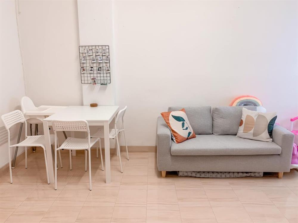 Vợ chồng mới cưới thuê nhà cũ kỹ và pha cải tạo thành không gian tối giản đầy ngoạn mục-7