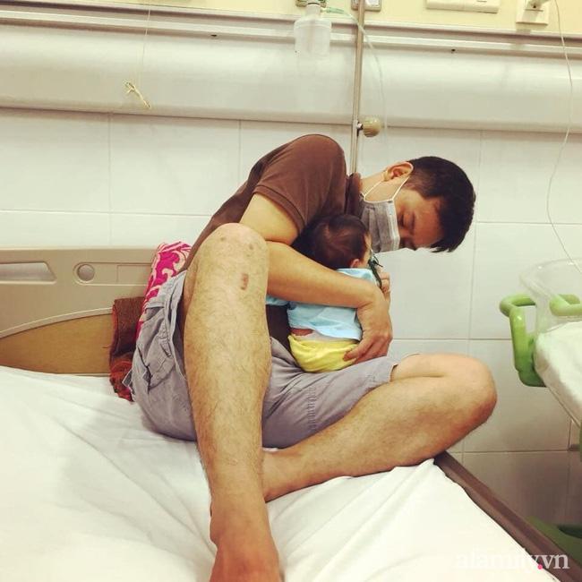 Bé 13 ngày tuổi nhiễm virus RSV, mẹ quặn lòng nhìn con trong tình trạng người xanh ngắt, lủng lẳng dây xông cắm vào miệng-2