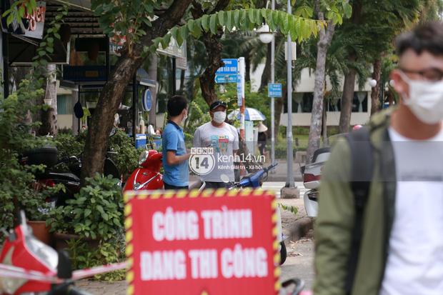 """Toàn cảnh đội tuyển Việt Nam về đến Sài Gòn: Thầy Park và dàn cầu thủ quá dễ thương còn hàng xóm bật mode hóng"""" nhiệt tình-28"""