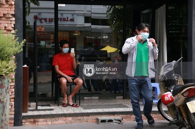 """Toàn cảnh đội tuyển Việt Nam về đến Sài Gòn: Thầy Park và dàn cầu thủ quá dễ thương còn hàng xóm bật mode hóng"""" nhiệt tình-26"""
