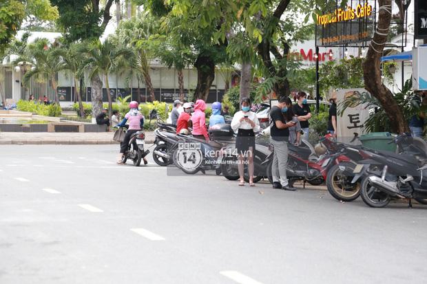 """Toàn cảnh đội tuyển Việt Nam về đến Sài Gòn: Thầy Park và dàn cầu thủ quá dễ thương còn hàng xóm bật mode hóng"""" nhiệt tình-27"""