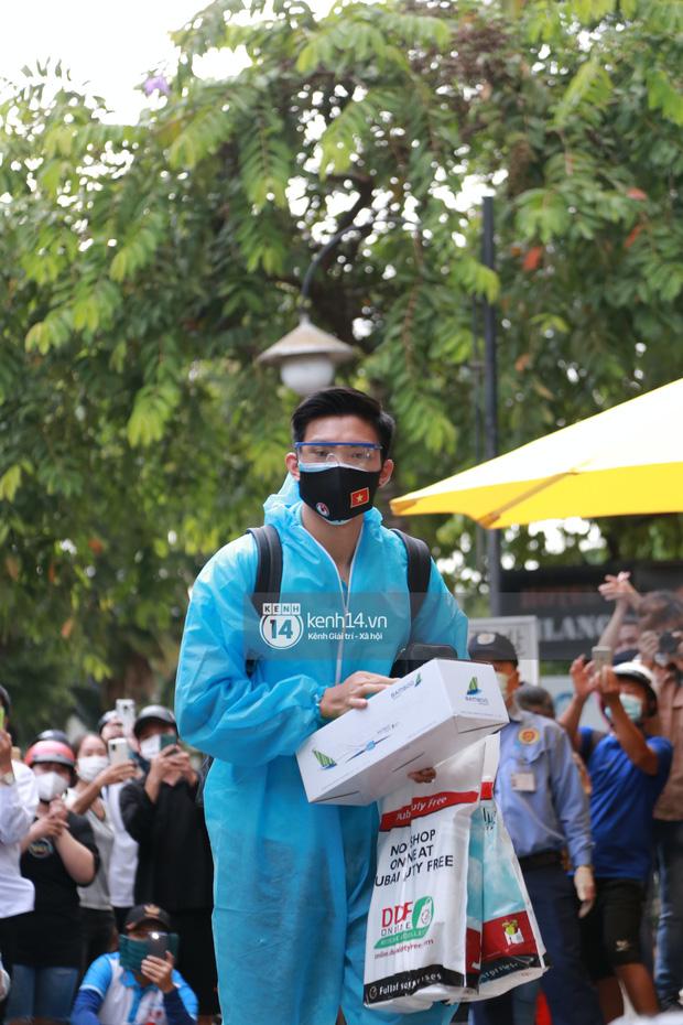 """Toàn cảnh đội tuyển Việt Nam về đến Sài Gòn: Thầy Park và dàn cầu thủ quá dễ thương còn hàng xóm bật mode hóng"""" nhiệt tình-1"""