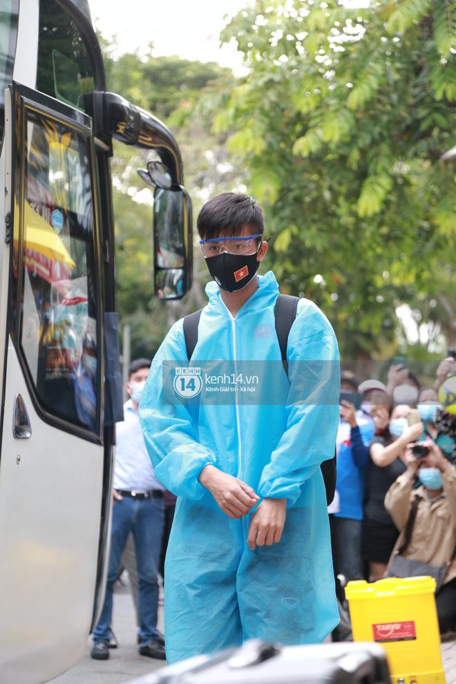"""Toàn cảnh đội tuyển Việt Nam về đến Sài Gòn: Thầy Park và dàn cầu thủ quá dễ thương còn hàng xóm bật mode hóng"""" nhiệt tình-11"""