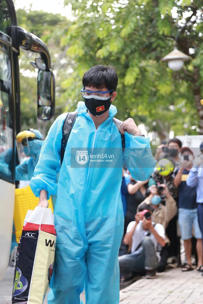 """Toàn cảnh đội tuyển Việt Nam về đến Sài Gòn: Thầy Park và dàn cầu thủ quá dễ thương còn hàng xóm bật mode hóng"""" nhiệt tình-13"""