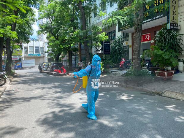 """Toàn cảnh đội tuyển Việt Nam về đến Sài Gòn: Thầy Park và dàn cầu thủ quá dễ thương còn hàng xóm bật mode hóng"""" nhiệt tình-42"""
