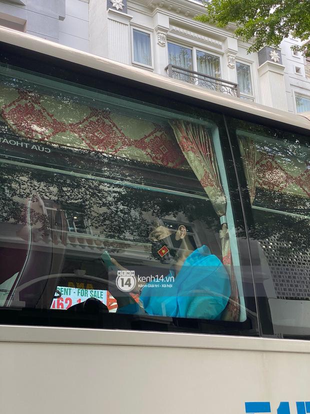 """Toàn cảnh đội tuyển Việt Nam về đến Sài Gòn: Thầy Park và dàn cầu thủ quá dễ thương còn hàng xóm bật mode hóng"""" nhiệt tình-24"""