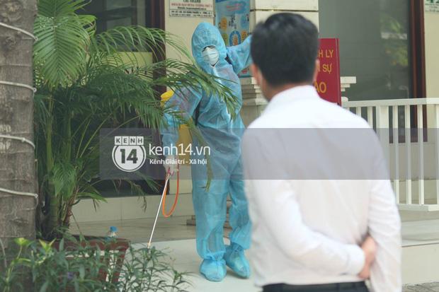 """Toàn cảnh đội tuyển Việt Nam về đến Sài Gòn: Thầy Park và dàn cầu thủ quá dễ thương còn hàng xóm bật mode hóng"""" nhiệt tình-33"""