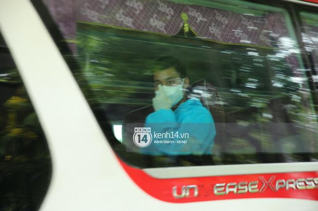 """Toàn cảnh đội tuyển Việt Nam về đến Sài Gòn: Thầy Park và dàn cầu thủ quá dễ thương còn hàng xóm bật mode hóng"""" nhiệt tình-37"""