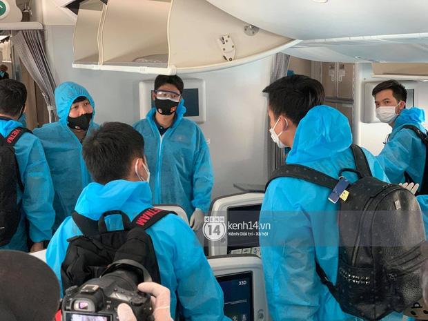 Bắt gặp khoảnh khắc cưng muốn xỉu trên chiếc chuyên cơ chở đội tuyển Việt Nam về Sài Gòn-6