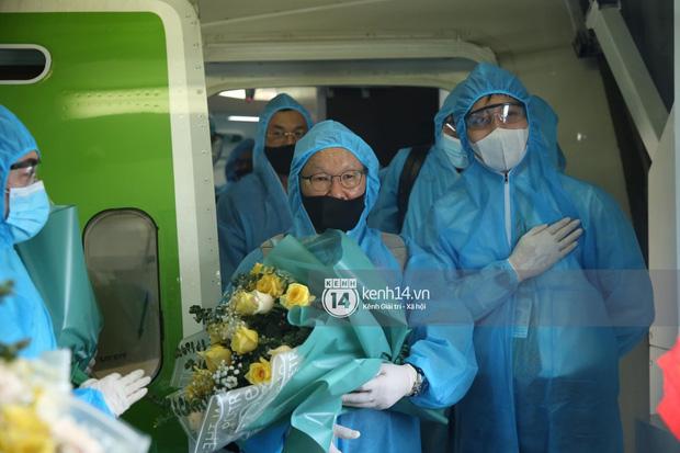 Bắt gặp khoảnh khắc cưng muốn xỉu trên chiếc chuyên cơ chở đội tuyển Việt Nam về Sài Gòn-3