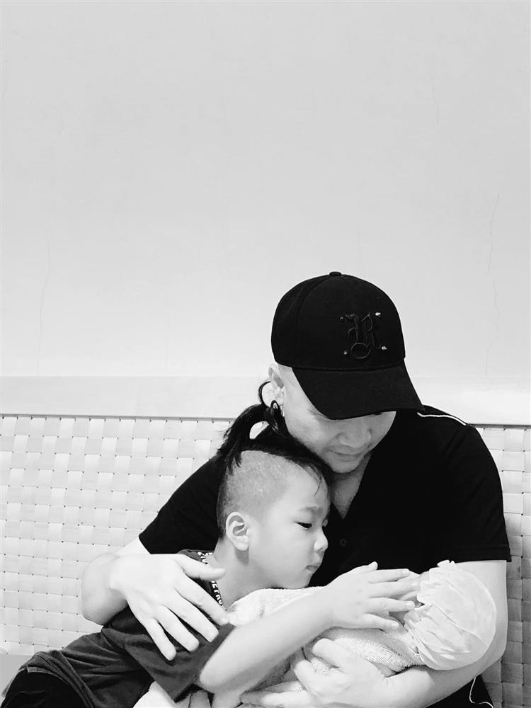 Mới 3 ngày tuổi đã được bố nuôi đón về với lý do không ai ngờ đến, con gái NTK Đỗ Mạnh Cường ngày càng xinh đẹp-2
