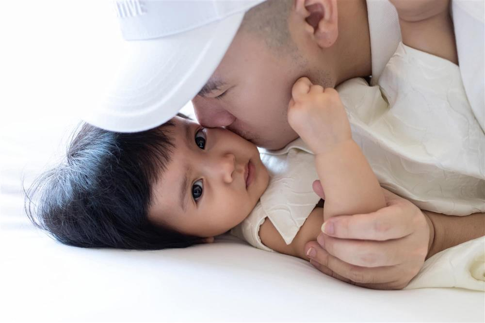 Mới 3 ngày tuổi đã được bố nuôi đón về với lý do không ai ngờ đến, con gái NTK Đỗ Mạnh Cường ngày càng xinh đẹp-6