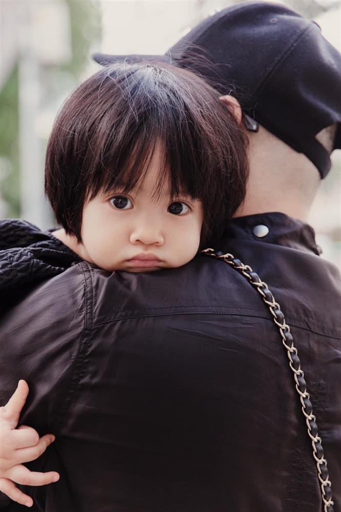 Mới 3 ngày tuổi đã được bố nuôi đón về với lý do không ai ngờ đến, con gái NTK Đỗ Mạnh Cường ngày càng xinh đẹp-8