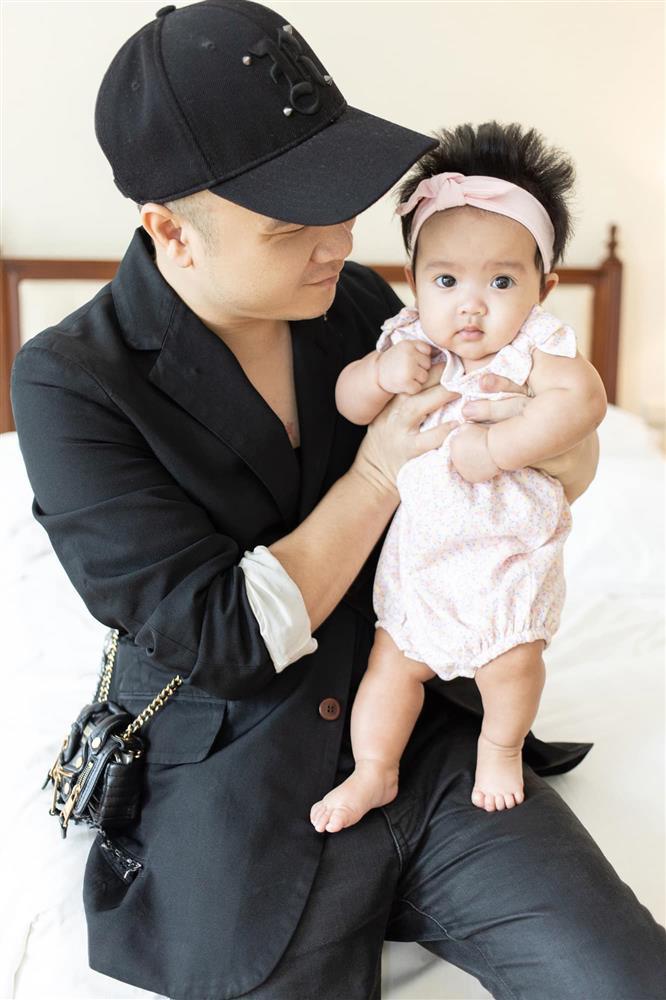 Mới 3 ngày tuổi đã được bố nuôi đón về với lý do không ai ngờ đến, con gái NTK Đỗ Mạnh Cường ngày càng xinh đẹp-9