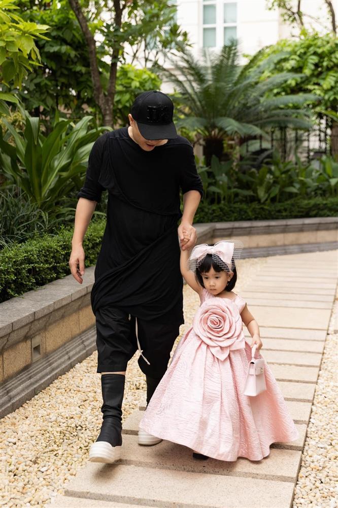 Mới 3 ngày tuổi đã được bố nuôi đón về với lý do không ai ngờ đến, con gái NTK Đỗ Mạnh Cường ngày càng xinh đẹp-16
