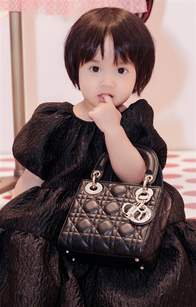 Mới 3 ngày tuổi đã được bố nuôi đón về với lý do không ai ngờ đến, con gái NTK Đỗ Mạnh Cường ngày càng xinh đẹp-20