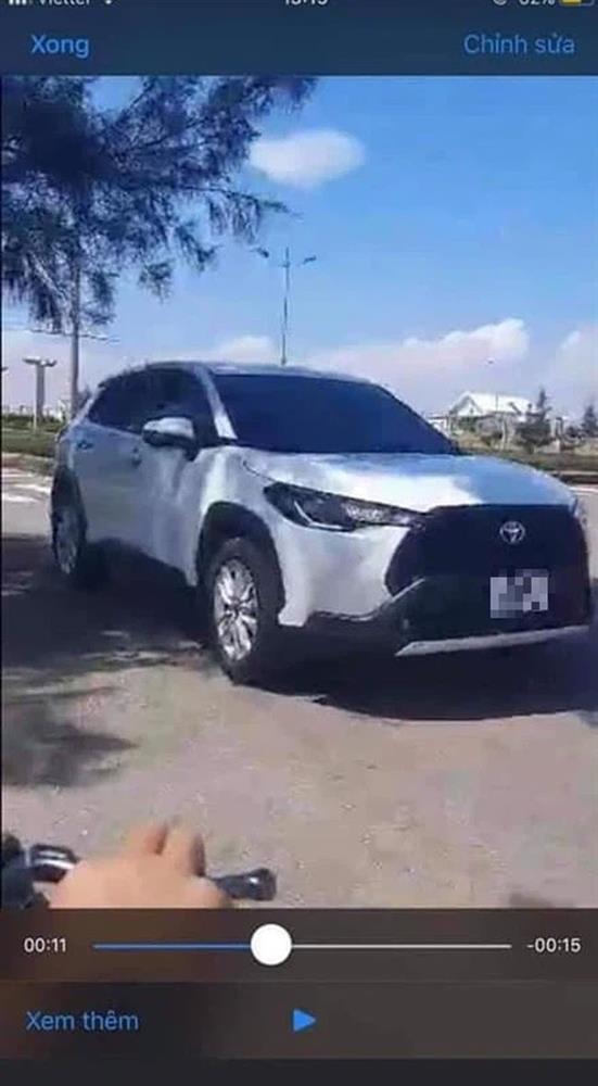Ô tô biết nhún nhảy hot MXH: Cặp đôi bị lên án vì hành động trần trụi trong ô tô giữa đường không quan tâm xung quanh-1
