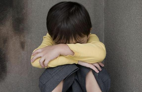 Những biểu hiện cho thấy trẻ đang dần trở nên kém cỏi, cha mẹ cần can thiệp kịp thời nếu không muốn con lớn lên là người tự ti-2