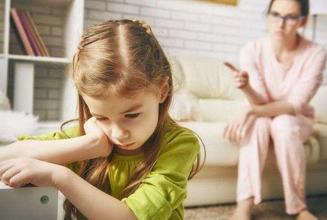 Những biểu hiện cho thấy trẻ đang dần trở nên kém cỏi, cha mẹ cần can thiệp kịp thời nếu không muốn con lớn lên là người tự ti-1
